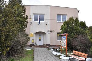Ako náhrada za zrušenú kamennú pobočku pošty slúži v Kavečanoch miestna knižnica.