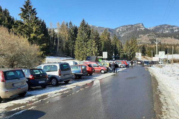 Takto vyzeralo parkovisko v marci.