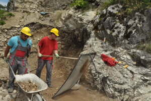 Nezamestnaní pomáhali s obnovou Blatnického hradu.