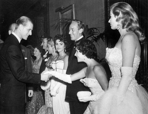 Na archívnej snímke z 23. novembra 1955 herečka Elizabeth Taylorová sa klania počas stretnutia s vojvodom z Edinburghu na premiére filmu Cockleshell Heroes v londýnskom divadle Empire.
