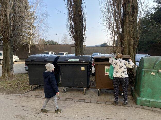 Dôchodkyňa v mestskej časti Sever sa posťažovala, že ľudia do koša na kuchynský odpad pohádžu aj to, čo by nemali.