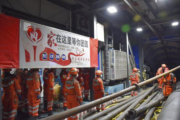 Záchranári sa pokúšajú vyslobodiť 21 baníkov.