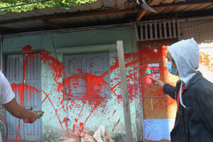 Ľudia maľujú červenou na budovy ako poctu zavraždeným počas protestov