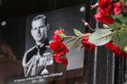 Kvety pri fotografii s podobizňou britského princa Philipa pred Windsorským zámkom.