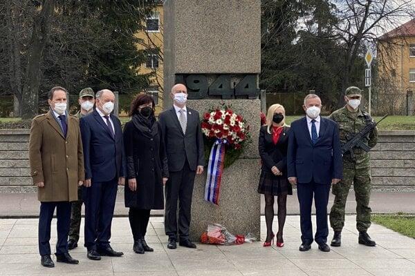 Pri Pamätníku SNP v Martine na Severe sa dnes kládli vence, ako symbolický akt spomienky na oslobodenie mesta Martin.