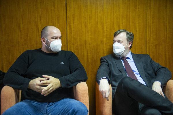 Zľava poslanec Peter Pčolinský a minister práce, sociálnych vecí a rodiny Milan Krajniak (obidvaja Sme rodina) debatujú v budove Úradu vlády počas rokovania Hospodárskej a sociálnej rady.