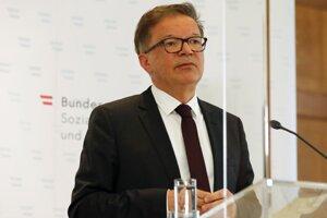 Rakúsky minister zdravotníctva Rudolf Anschober zo strany Zelených na tlačovej konferencii oznámil, že z dôvodu pretrvávajúcich zdravotných problémov súvisiacich s prepracovanosťou podáva s účinnosťou od pondelka 19. apríla demisiu.