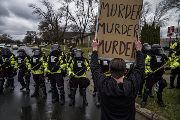 Bola to vražda, odkazuje demonštrant v Brooklyne Center.