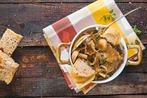 Hubová polievka z troch druhov húb