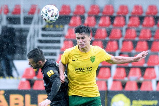 V daždi sa hral živý futbal. Súboj Slobodu (v čiernom) s Fazlagičom.