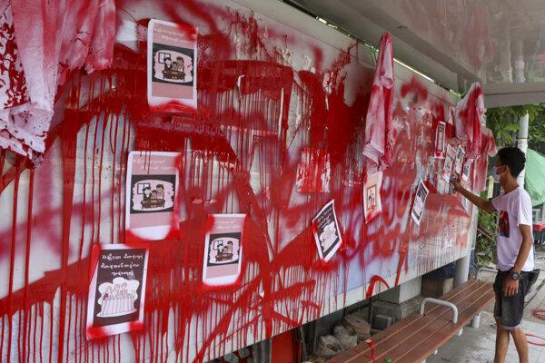 Červená farba má symbolizovať krv obetí.