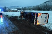 Prevrátený kamión, za volantom ktorého sedel opitý vodič.