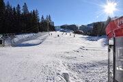Na svahoch bolo vídať len sánkarov či skituristov.