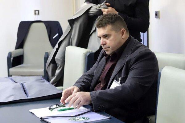 """Člen Kotlebovej ĽSNS Anton Grňo, ktorý sa zdravil """"Na stráž"""" v budove Najvyššieho súdu, na pojednávaní Špecializovaného trestného súdu v Banskej Bystrici 27. januára 2020."""