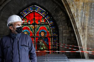 Francúzsky prezident Emmanuel Macron na mieste rekonštrukčných prác na katedrále Notre-Dame.