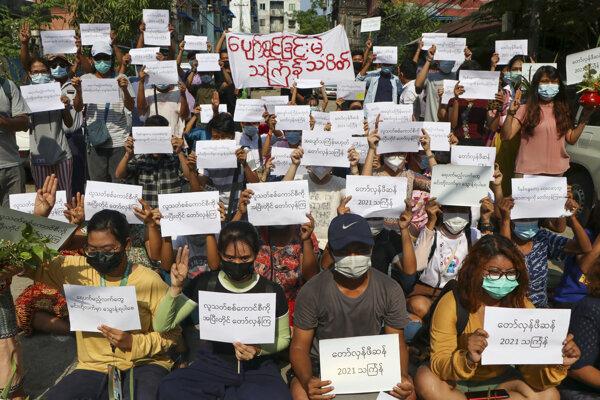 Protest proti vojenskému prevratu v mjanmarskom meste Rangún.