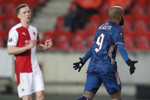 Alexandre Lacazette strieľa gól v zápase proti Slavii Praha.