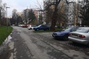 Voľné parkovacie miesta v sobotu večer na ulici Duklianskych hrdinov.
