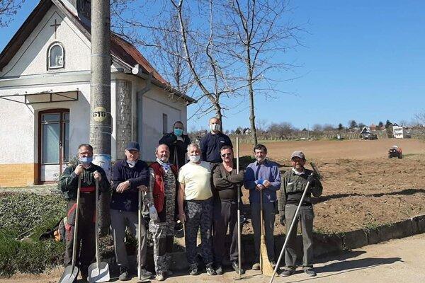 Členovia OZ Godinov majer pred kaplnkou.