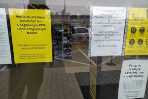 Do obchodov sa dá vstúpiť len s určitými obmedzeniami.