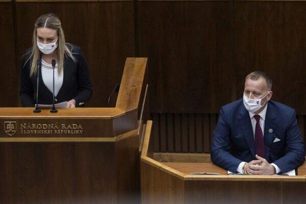 Poslankyňa Petra Hajšelová (SME RODINA) a predseda parlamentu Boris Kollár.
