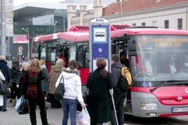 Ak autobus odíde zo zastávky o 59 sekúnd skôr, podľa dopravcu je to v poriadku.