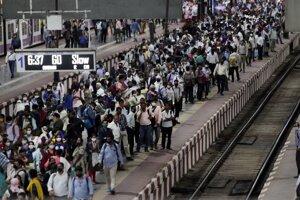Nástupište na železničnej stanici v Bombaji - ilustračná fotografia.