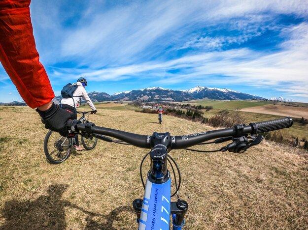 Predajca Majo Illéš hovorí, že pri výbere bicykla je dobré zohľadniť aj terén.