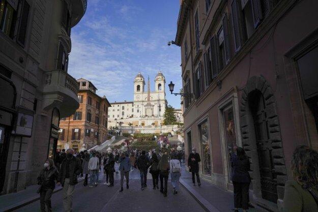 Pohľad na Španielske schody v historickom centre Ríma 17. apríla.