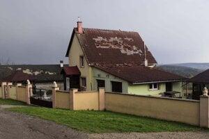 Poškodená streca domu v Ploskom.