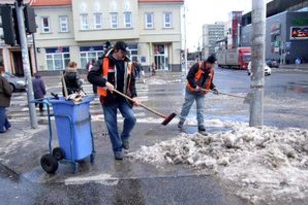 Pracovníci Mestských služieb odpratávali koncom týždňa sneh z ulíc v centre mesta. Na prekvapenie viacerých Nitranov ho hádzali na cestu, aby ho rozjazdili autá.