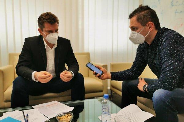 Šéfredaktor týždenníka MY Kysuce Radoslav Blažek (vpravo) vrozhovore sministrom dopravy Andrejom Doležalom.
