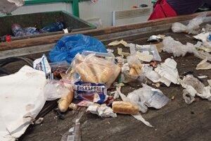 V smetiakoch na plast našli pracovníci zberovej spoločnosti príliš rozmanitý odpad.