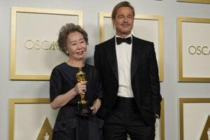 Juhokórejská herečka Yuh-Jung Youn so svojím idolom Bradom Pittom. Oscara má za film Minari.