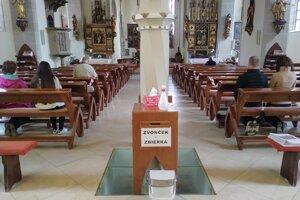 Veriaci môžu už týždeň navštevovať v obmedzenej kapacite kostoly.