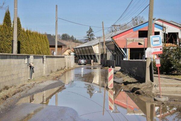 Ulica Kúty je často zaplavená vodou, cesta potrebuje rekonštrukciu.