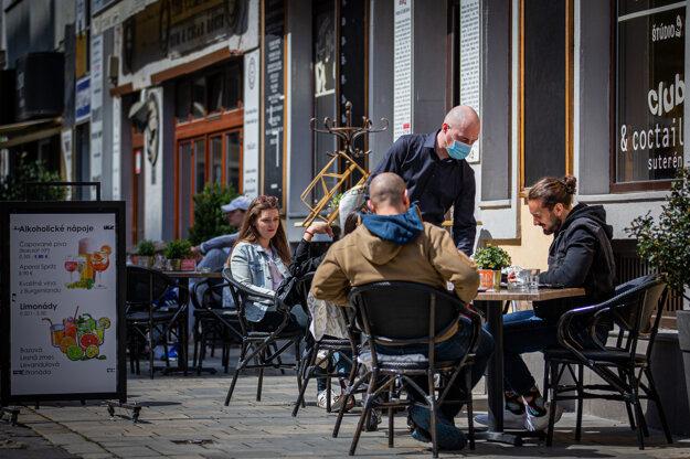 Obsluha tiež musí zákazníkom k jedlu priniesť príbor zabalený do papierovej servítky, keďže podľa vyhlášky nesmie byť pre zákazníkov voľne dostupný na stoloch.