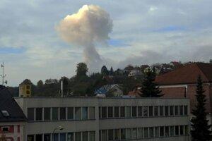 Požiar muničného skladu za obcou Vrbětice, ktorý odfotili z radnice mesta Valašské Klobouky 16. októbra 2014.