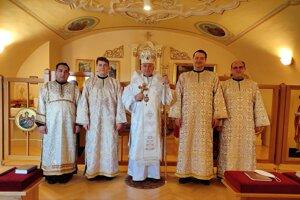 Štyria študenti GTF, ktorí prijali nižšie svätenia, spolu s vladykom Jánom Babjakom.