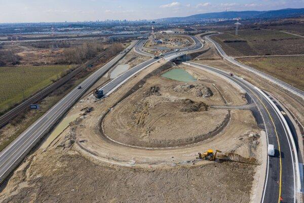 Na snímke z dronu výstavba križovatky Rača na úseku diaľnice D4 Bratislava východ.