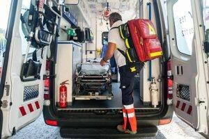 Na mieste nehody zasahujú aj zdravotnícki záchranári.