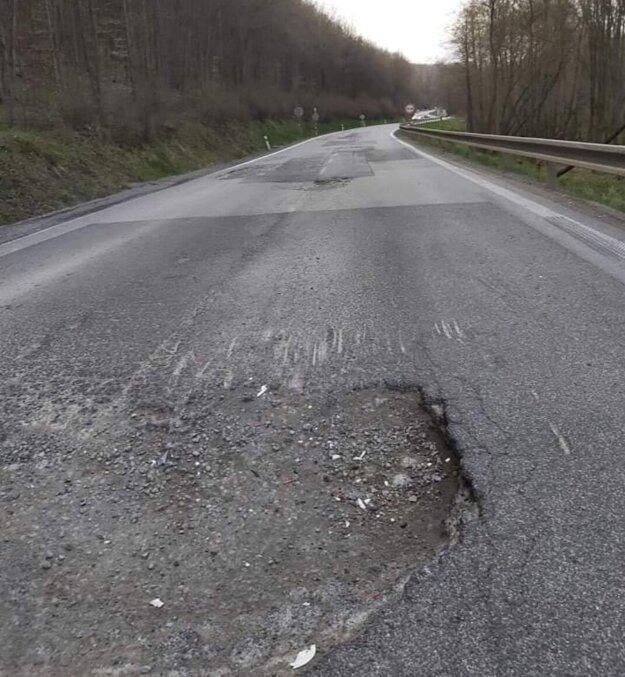 Poškodená cesta.