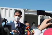 Podpredseda BBSK Ondrej Lunter počas tlačového brífingu k spusteniu projektu mobilného očkovania.