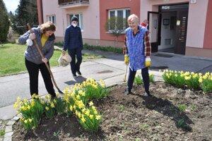 V Turčianskych Tepliciach pomáhali s jarným upratovaním deti aj dospelí.