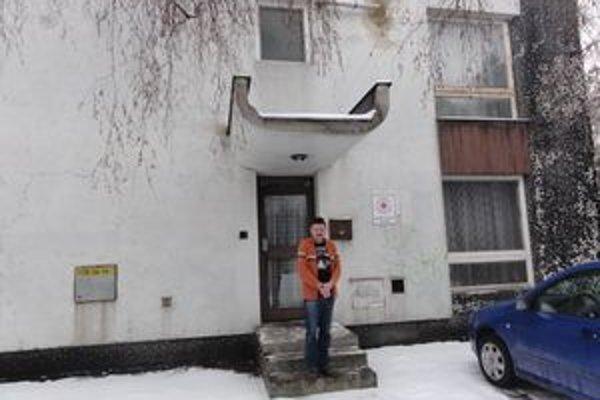 Riaditeľ územného spolku SČK Jozef Fekula pred budovou Červeného kríža v Galante.