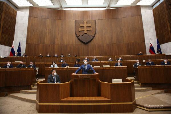 Poslanec parlamentu za stranu Sloboda a Solidarita Marián Viskupič a predseda vlády SR Eduard Heger počas rokovania 27. schôdze Národnej rady.