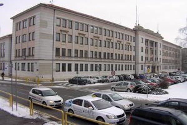 Krajský školský úrad sídlil v budove obvodného úradu na Štefánikovej triede. Transformoval sa na odbor školstva.