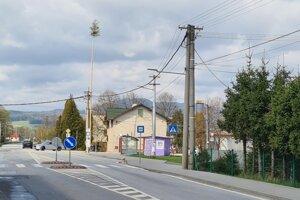 V Príbovciach postavili tradičný máj, tento rok má 25 metrov.