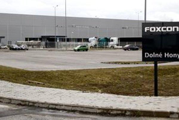Závod spoločnosti Foxconn v nitrianskom priemyselnom parku. Nová cesta má viesť popri ňom.