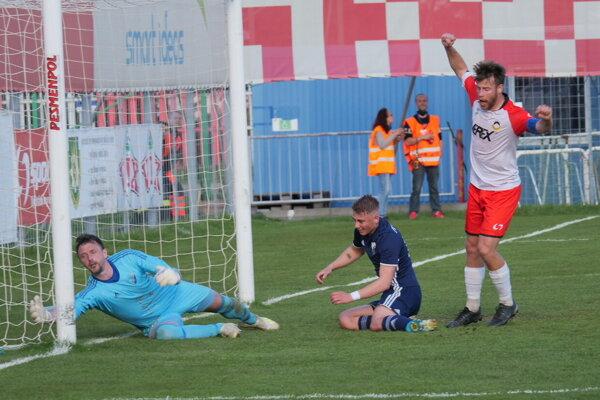 Kapitán Liptákov Richard Bartoš strieľa prvý gól stretnutia.